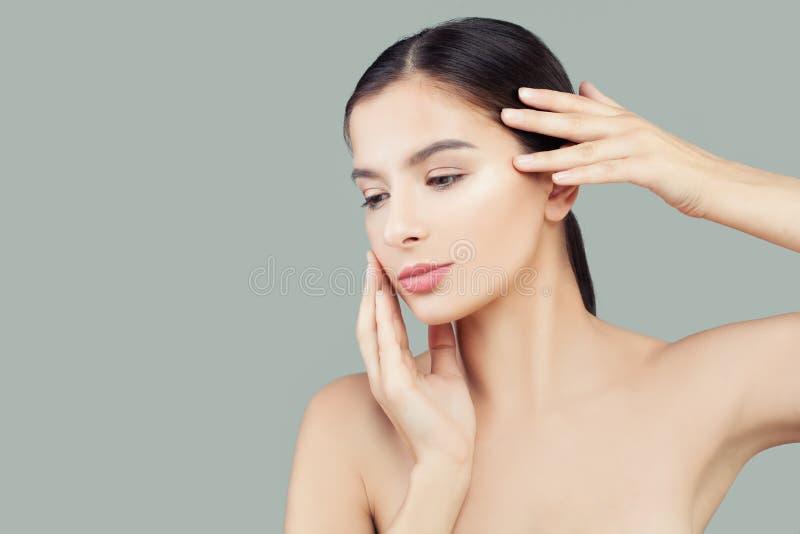 Härlig kvinnabrunnsortmodell med sund klar hud Ansikts- behandling- och hudomsorgbegrepp arkivfoton