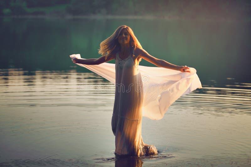 Härlig kvinnadans i vattnet arkivfoto