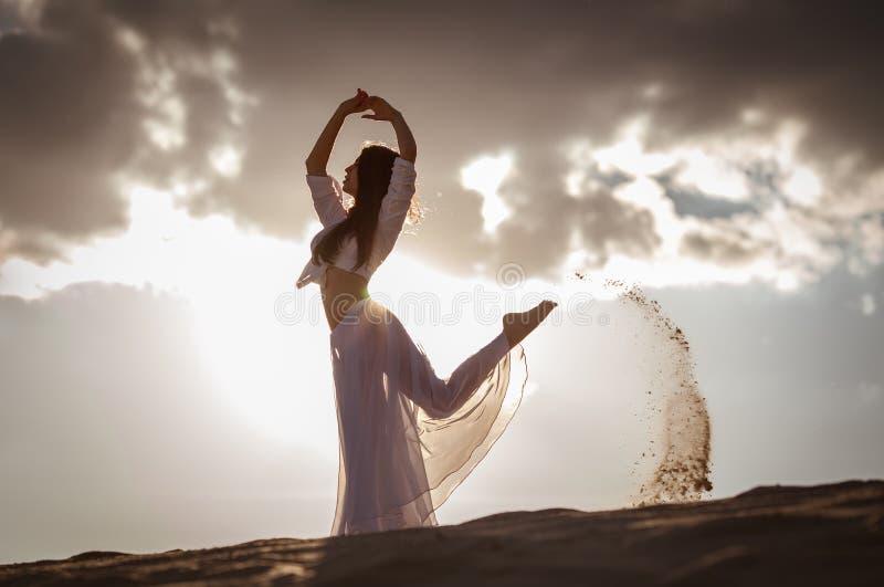 Härlig kvinnadans på soluppgång arkivbild
