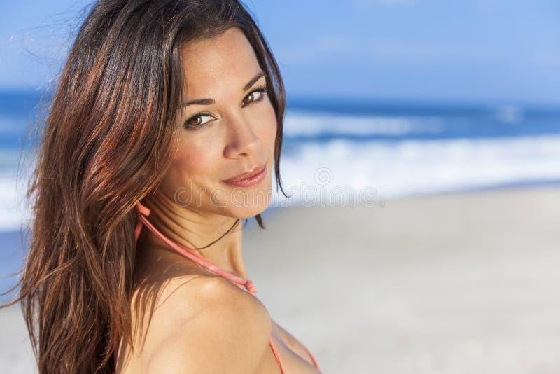 Härlig kvinnaflicka i bikini på stranden arkivbilder