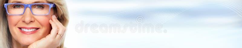 Härlig kvinnaframsida över blåttabstrakt begreppbakgrund royaltyfri bild