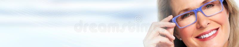 Härlig kvinnaframsida över blåttabstrakt begreppbakgrund royaltyfri foto