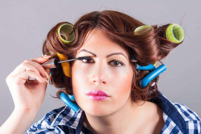 Härlig kvinnaframsida med mascaraborsten fotografering för bildbyråer