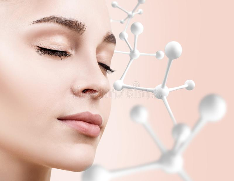Härlig kvinnaframsida med molekylkedjan Närbild royaltyfria foton