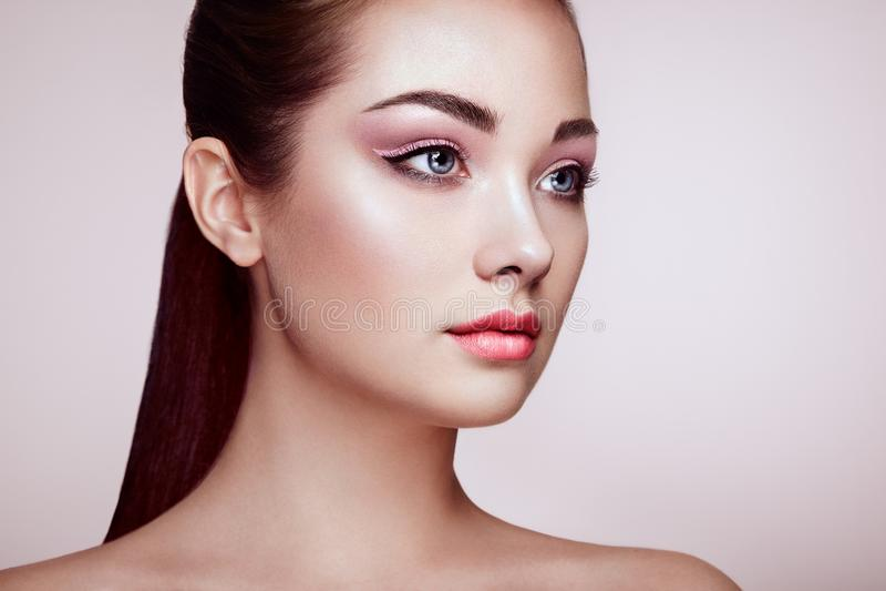 Härlig kvinnaframsida med perfekt makeup royaltyfria foton