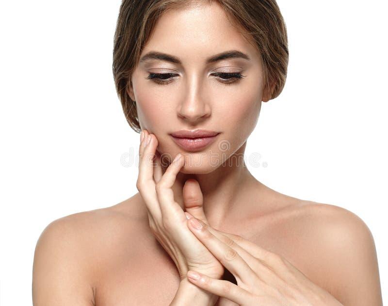 Härlig kvinnaframsida med smink och hud och mummel för skönhet sund arkivfoto