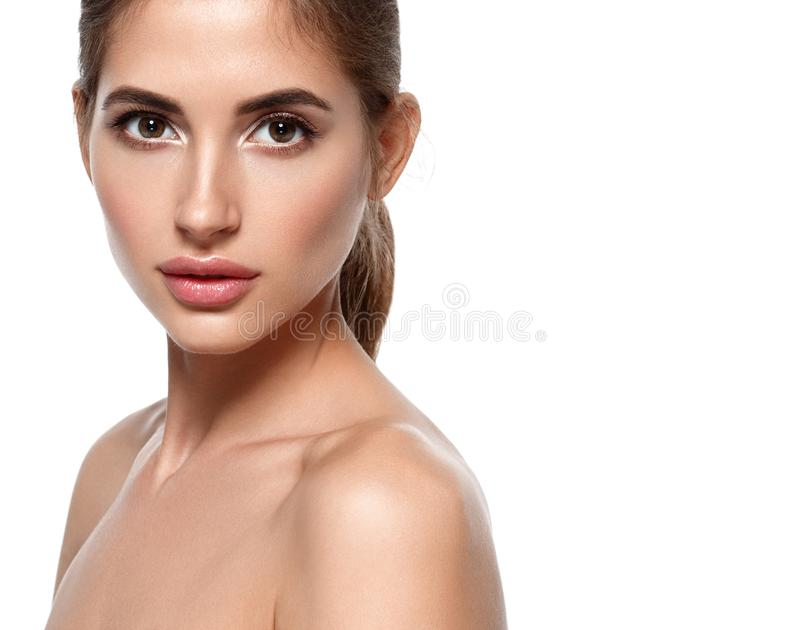 Härlig kvinnaframsida med smink och hud och mummel för skönhet sund arkivbild
