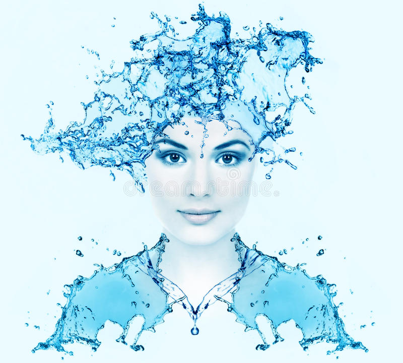 Härlig kvinnaframsida med vatten. arkivbilder