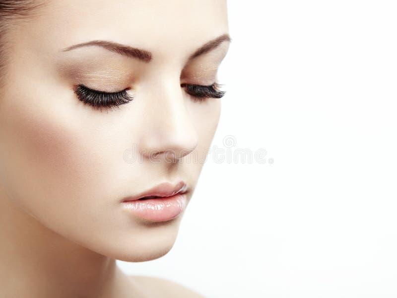 Härlig kvinnaframsida. Perfekt makeup royaltyfria bilder