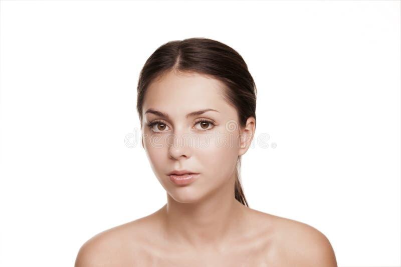 Härlig kvinnaframsidastudio på vit, Spa cosmetology arkivfoto