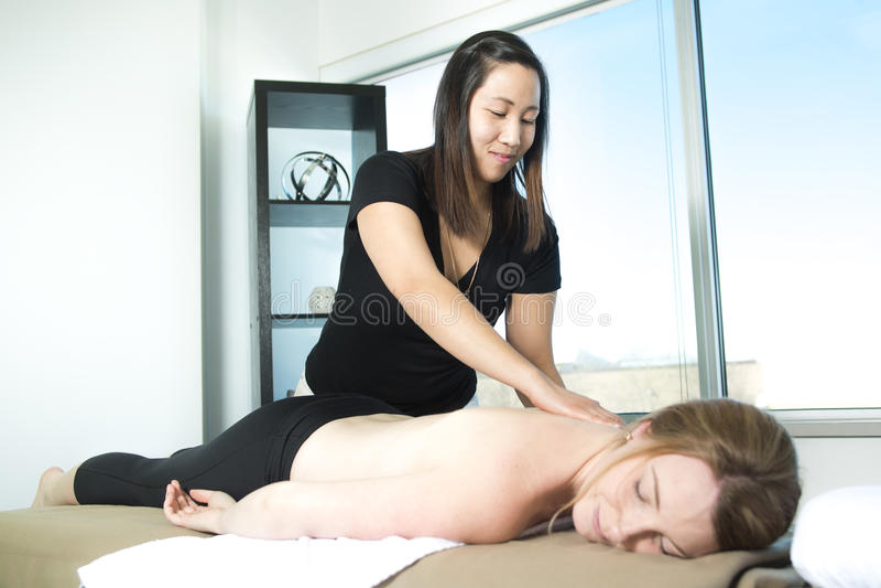 Härlig kvinnahälerimassage från fysisk terapeut royaltyfri fotografi