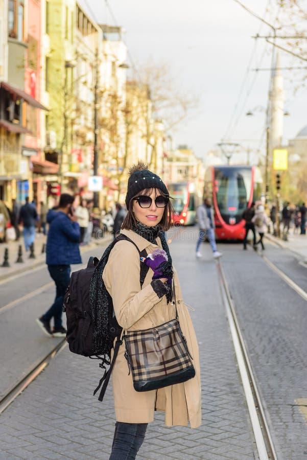 Härlig kvinnahandelsresandeturist med ryggsäcken arkivbild