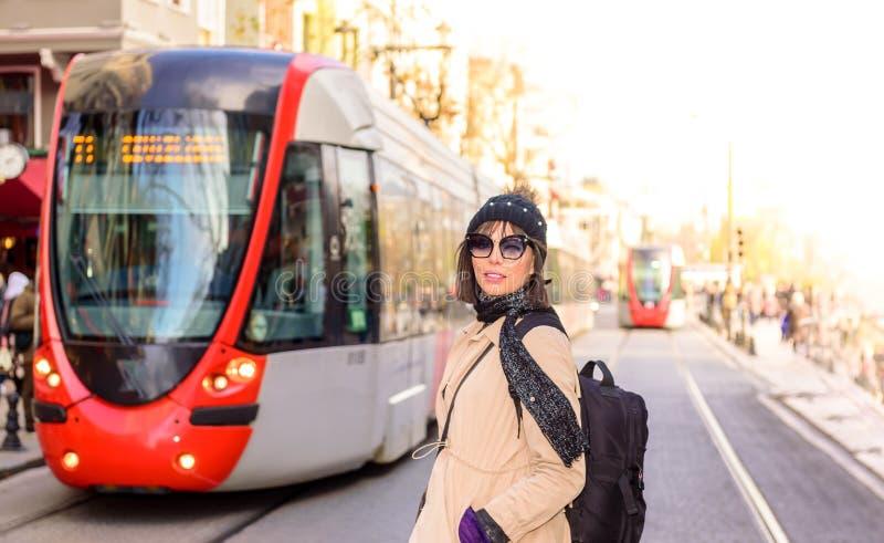 Härlig kvinnahandelsresandeturist med ryggsäcken royaltyfri bild