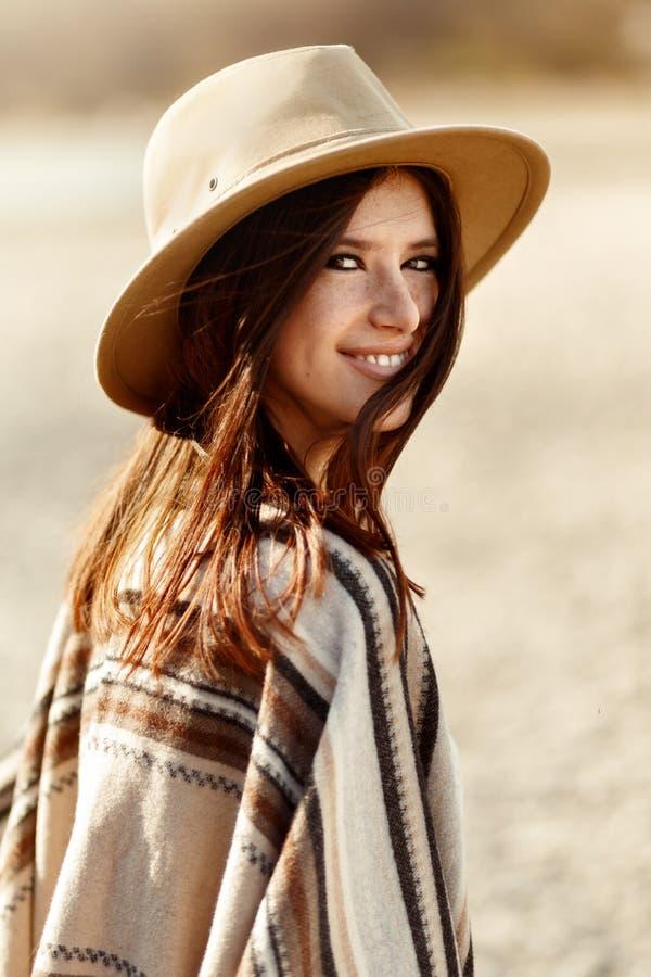 Härlig kvinnahipsterstående som ler, med romantisk blick och royaltyfria bilder