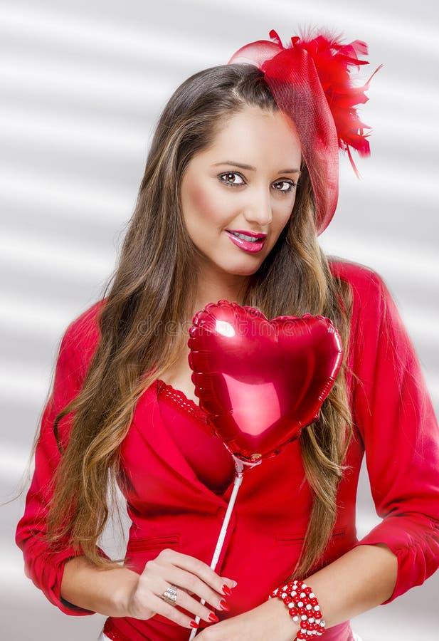 Härlig kvinnainnehavballong arkivfoton