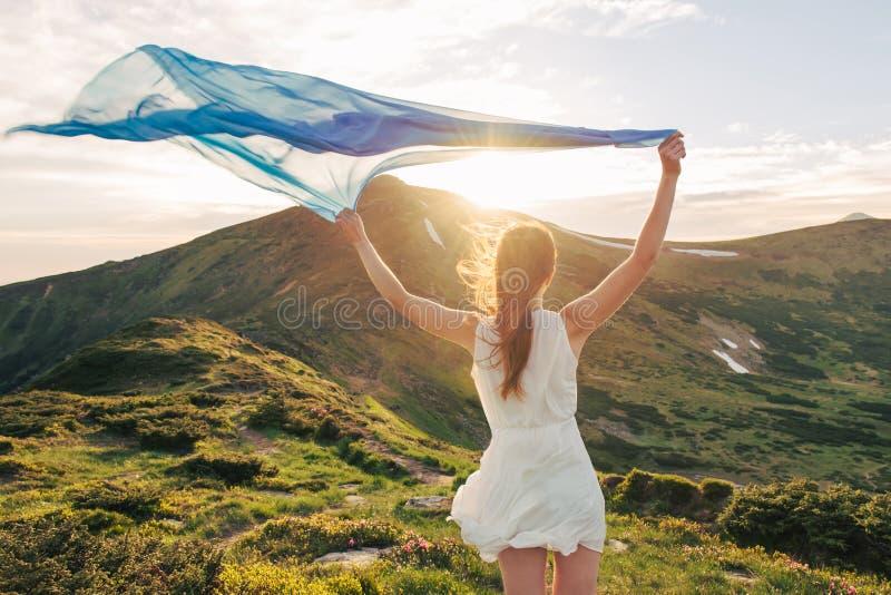 Härlig kvinnakänselfrihet och tycka om naturen royaltyfria foton