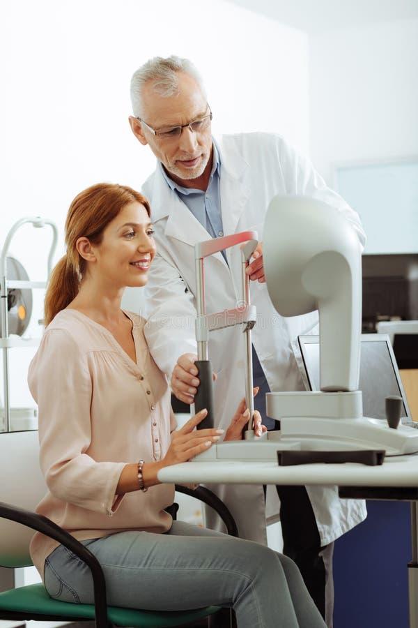 Härlig kvinnakänsla spännande för ögonläkarekonsultation royaltyfri fotografi