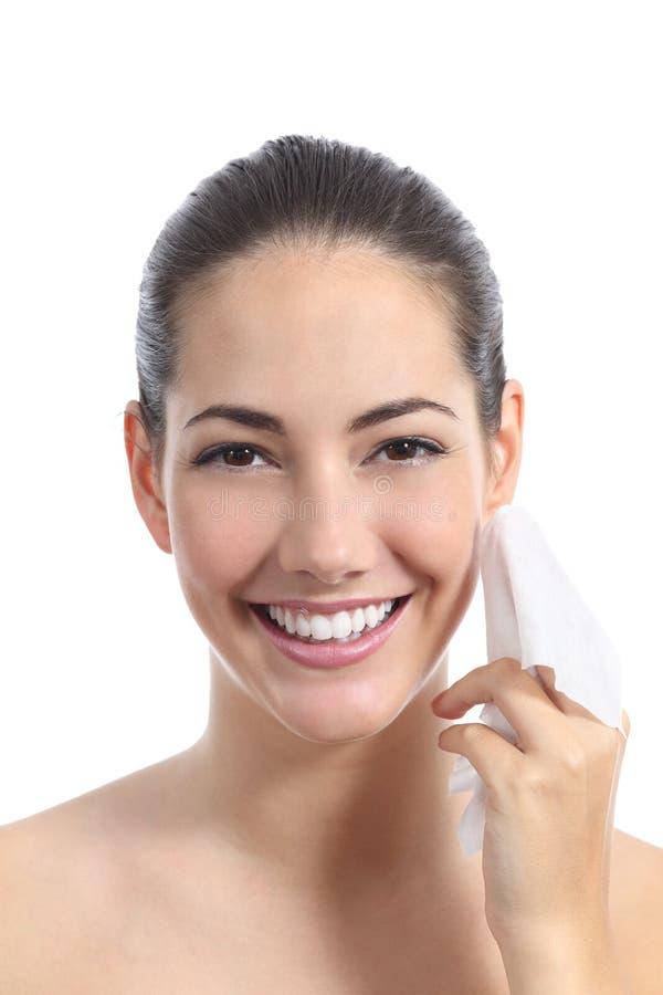 Härlig kvinnalokalvårdframsida med en ansikts- wipe royaltyfria bilder