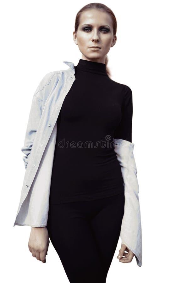 Härlig kvinnamodell i svart med rökigt posera för ögon som isoleras på vit bakgrund arkivfoto