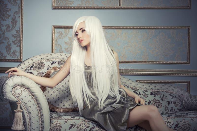 Härlig kvinnamodell med vitt hår för lång platina i backgen royaltyfria foton
