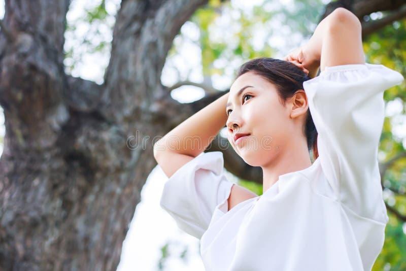Härlig kvinnapacke av hår nära stort träd arkivbild