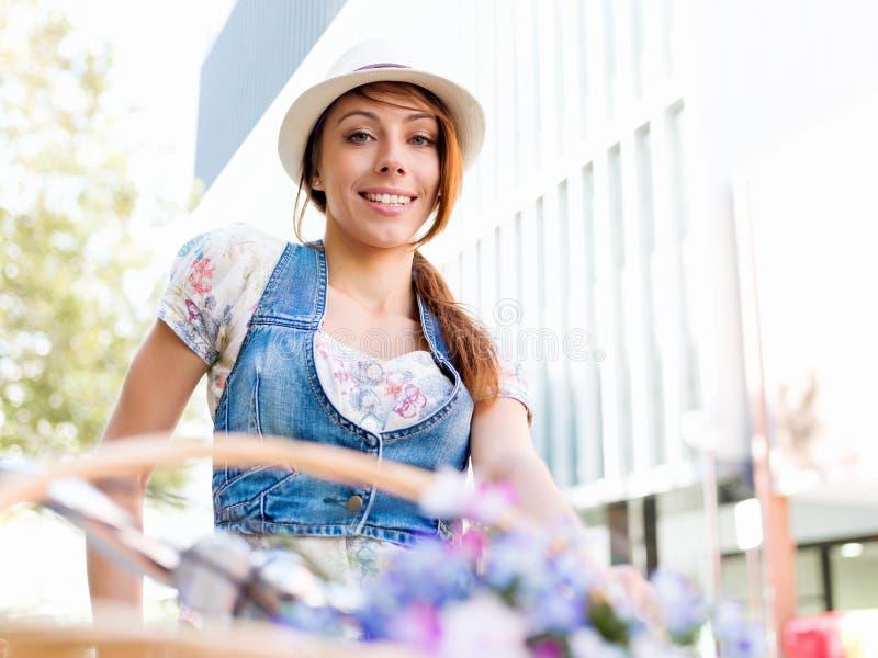 Härlig kvinnaridning på cykeln fotografering för bildbyråer