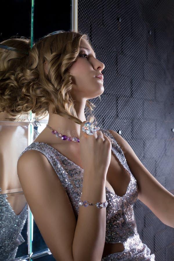 Härlig kvinnastående i nattklubb royaltyfri foto