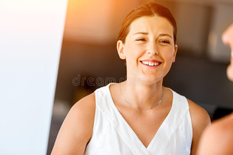 Härlig kvinnastående inomhus arkivfoton