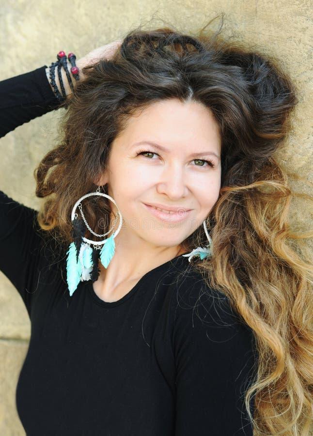 Härlig kvinnastående, långa hår, indie stil, handgjorda smycken royaltyfri bild
