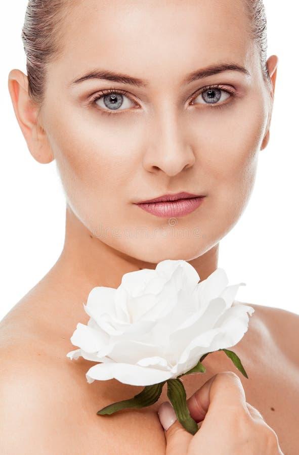 Härlig kvinnastående med naturlig makeup arkivfoto
