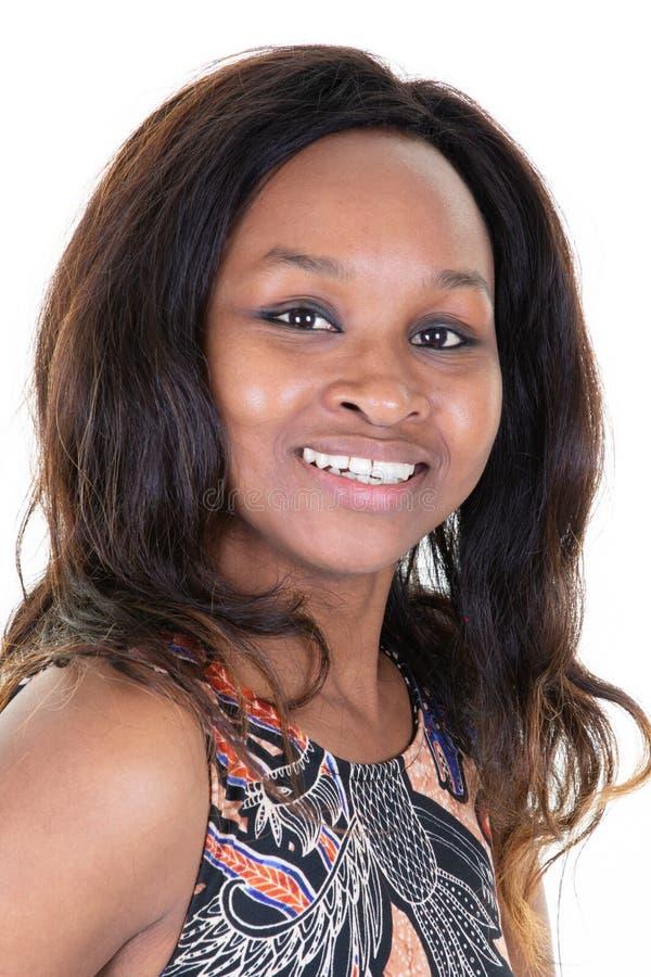 Härlig kvinnaursprungafrikansk amerikan med caucasian posera för frisyr royaltyfria foton