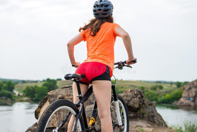 Härlig kvinnlig ände på en cykelsadel, aktiv livsstil royaltyfri foto