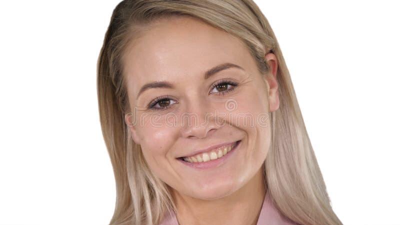 Härlig kvinnlig blond kvinna för perfekt naturlig kantmakeup på vit bakgrund royaltyfria foton