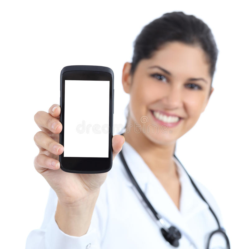 Härlig kvinnlig doktor som ler och visar tom smart en isolerad telefonskärm royaltyfria bilder