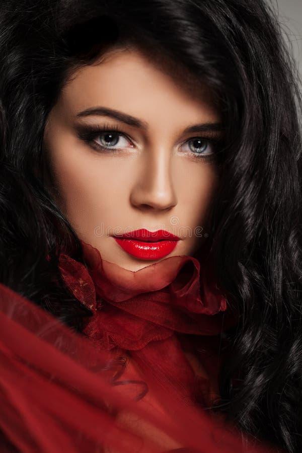 Härlig kvinnlig framsida med röda kanter arkivfoto