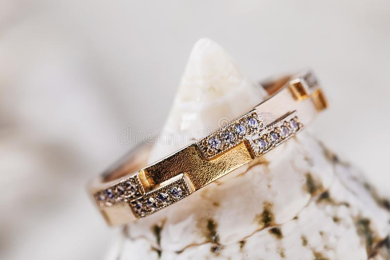 Härlig kvinnlig guld- cirkel som smyckas med små diamanter arkivbild