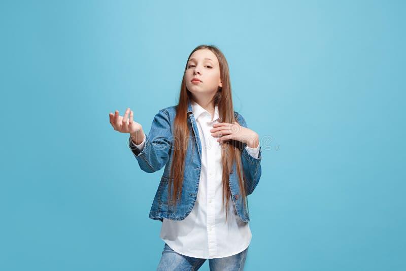 Härlig kvinnlig i halvfigur stående på blå studiobackgroud Den unga emotionella tonåriga flickan arkivfoton
