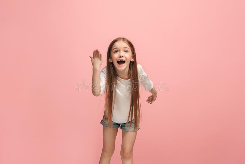 Härlig kvinnlig i halvfigur stående på rosa studiobackgroud Den unga emotionella tonåriga flickan arkivbilder
