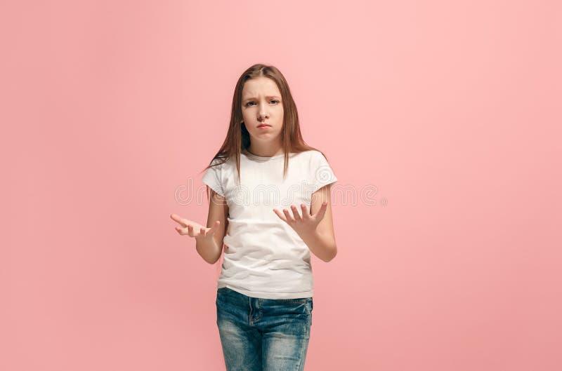 Härlig kvinnlig i halvfigur stående på rosa studiobackgroud Den unga emotionella tonåriga flickan royaltyfri fotografi