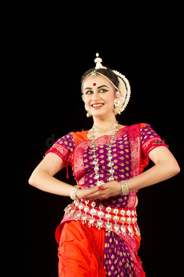Härlig kvinnlig klassisk Odissi dansare som utför den Odissi dansen på etapp i special dress på den Konark templet, Odisha, Indie royaltyfria bilder