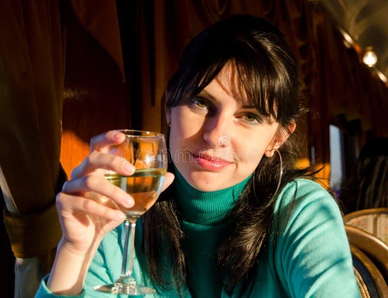 Härlig kvinnlig med exponeringsglaset fotografering för bildbyråer