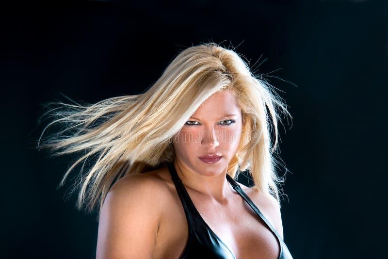 Härlig kvinnlig med hår som fladdrander i winden. arkivbild