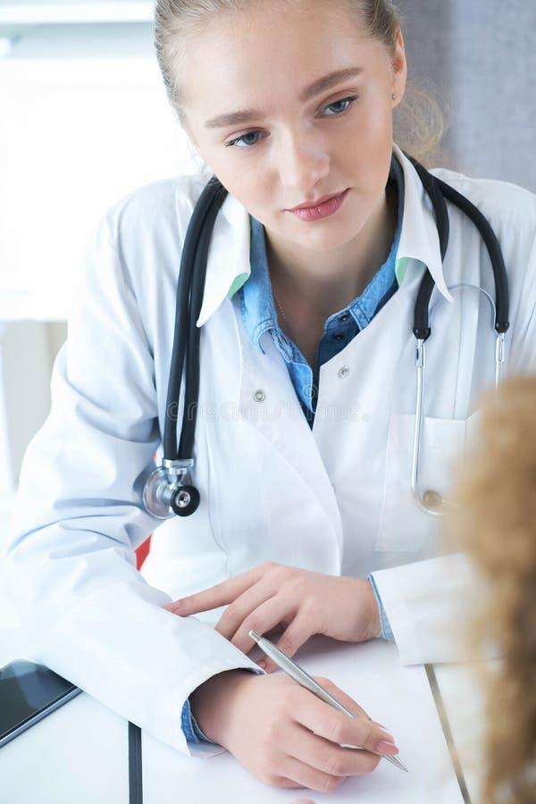 Härlig kvinnlig medicindoktor som lyssnar försiktigt tålmodiga klagomål Medicinsk vård- eller försäkringbegrepp royaltyfri bild