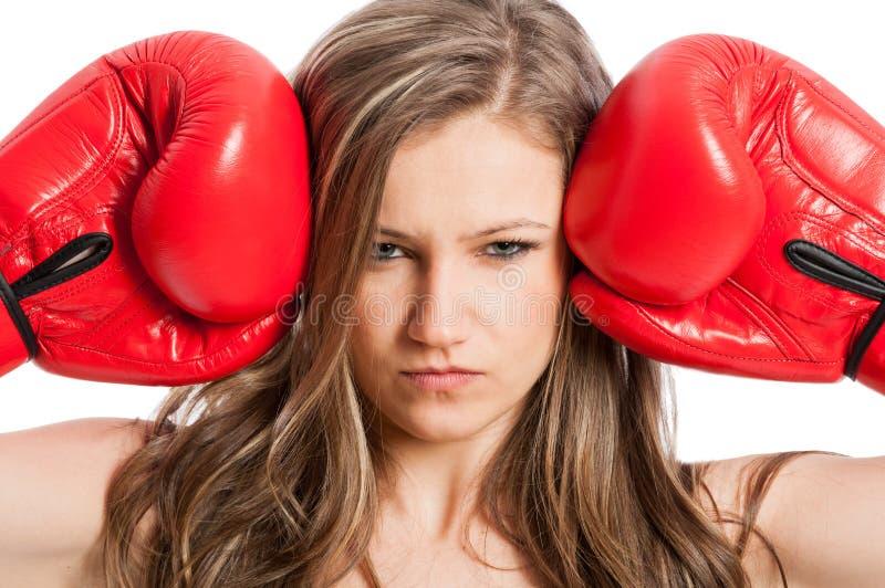 Härlig kvinnlig modell med boxninghandskar och den allvarliga framsidan fotografering för bildbyråer
