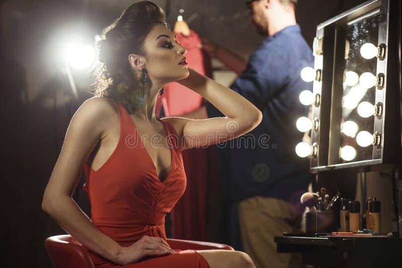 Härlig kvinnlig modell som beundrar hennes reflexion royaltyfri fotografi