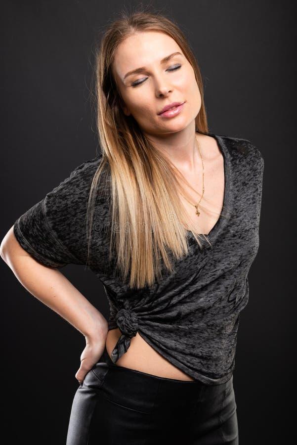 Härlig kvinnlig modell som poserar med stängda ögon royaltyfri fotografi