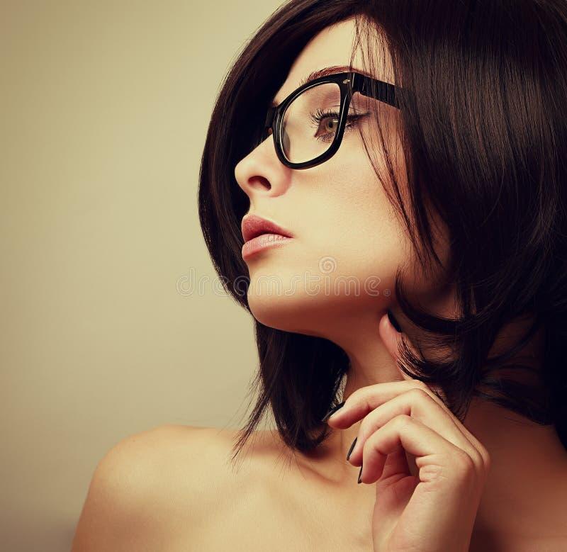 Härlig kvinnlig modellprofil i modeexponeringsglas royaltyfria bilder