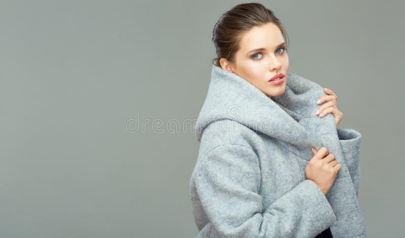 Härlig kvinnlig modemodell som poserar på isolerad grå backgroun arkivfoto