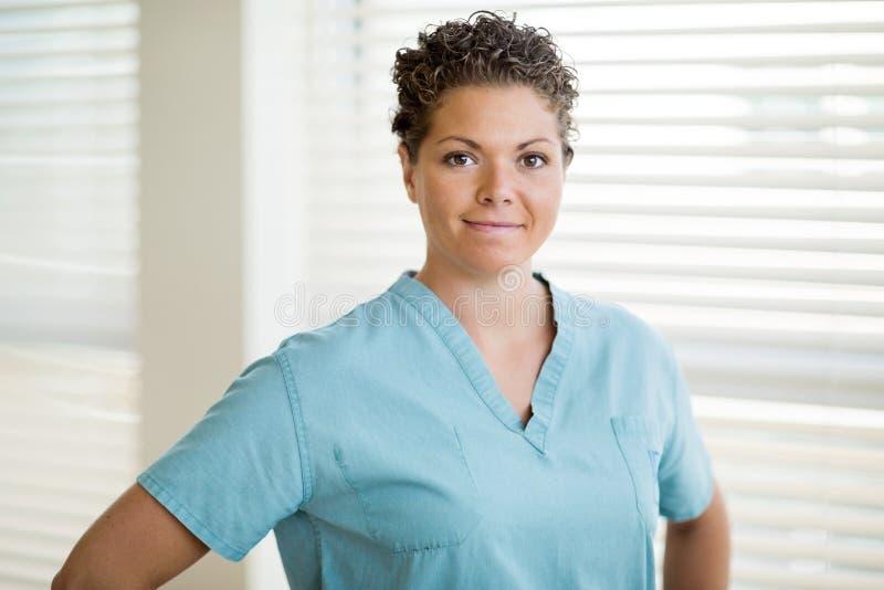 Härlig kvinnlig sjuksköterska In Scrubs arkivbilder