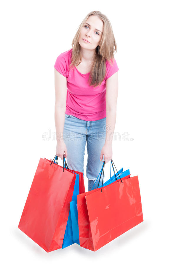 Härlig kvinnlig som ser trött efter en lång dag av shopping arkivfoton